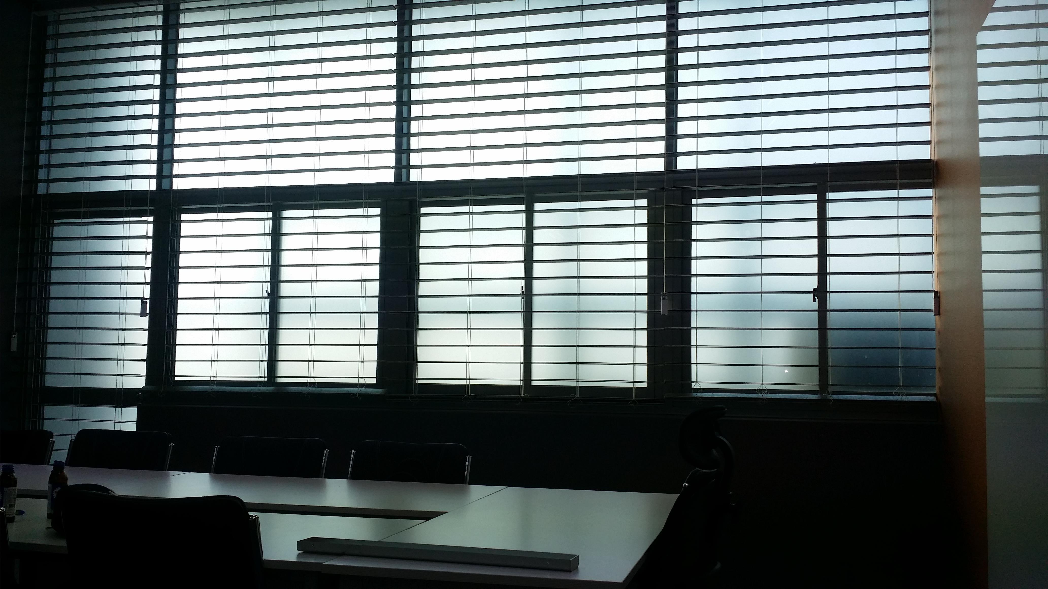 시흥시에 위치한 기업 회의실에 PS소재의 우드블라인드를  시공한 사례입니다.  외부로부터 유입되는 햇빛을 차단해주고  실내조명을 은은하게 반사하여 밝고 화사한 실내공간을 연출할 수 있는 장점이 있습니다.